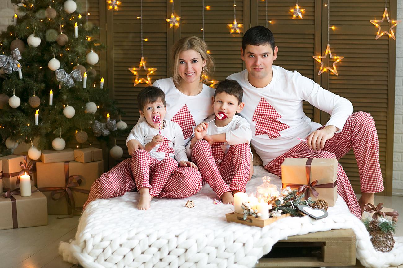 студии идеи в одежде для фотосессии новогодней семьей тема, которая